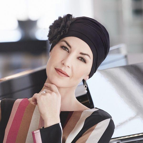 Hazel Turban er et todelt sett, bestående av en klassisk turban og et smart og stilig pannebånd. Den har fine draperingsdetaljer. Bruk den vakre turbanen alene eller sammen med det dekora
