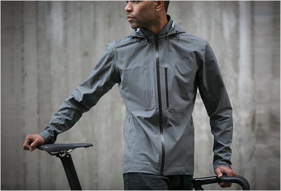 JAQUETA IMPERMEÁVEL DE CICLISMO - THE MERIDIAN  A marca Apparel Acre, lançou a The Meridian, uma jaqueta impermeável de ciclismo projetada para condições de chuva extrema. Veja mais detalhes no nosso site.