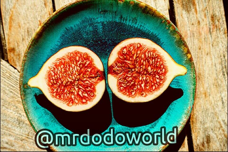 #fig #sliced #plate #wooden #table #dessert #fruit #healthy #good #half #ficus #carica #real #vitamins #ripe #seeds #ficus #red #turquoise #figs #fruits #fruitslover #figslovers #sweet