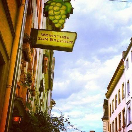 Weinstube zum Bacchus Jakobsbergstr. 7, 55116 Mainz O Weinstube zum Bacchus é um dos meus lugares favoritos na Alemanha. A equipe é amistosa e acolhedora excepcionalmente, a comida é fantástica (uma variedade de iguarias locais e nacionais), e o ambiente é simplesmente maravilhoso. Pode jantar no interior ou no pátio, se o tempo permitir. A localização é excelente, no final da parte antiga de paralelepípedos da cidade .