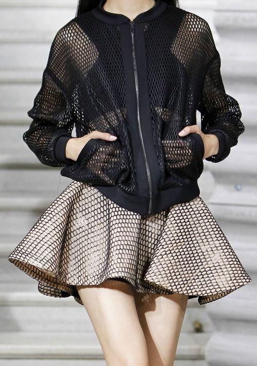 Jupe courte trapèze, gilet filet noir, motifs formes géométriques
