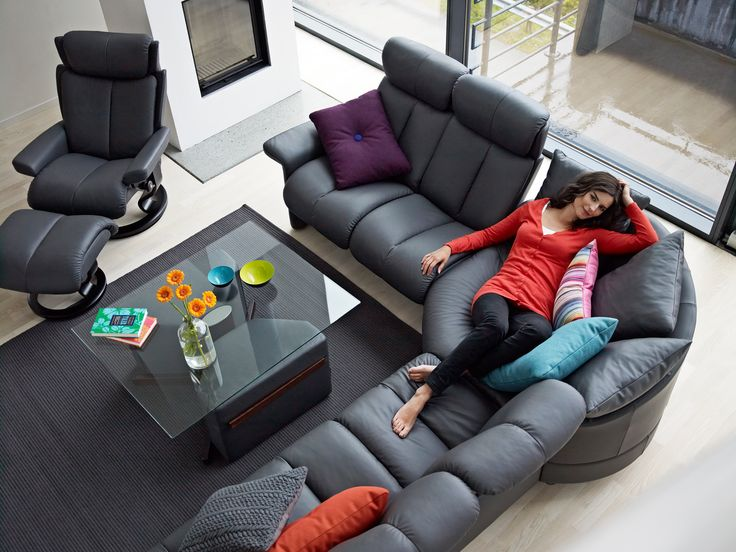Endlich Wochenende! Stressless Sofa Legend Eckkombination in der Ausführung Leder Paloma Rock, Stressless Sessel Magic (M) sowie Duo Table mit Hocker (made by Ekornes, Norwegen)