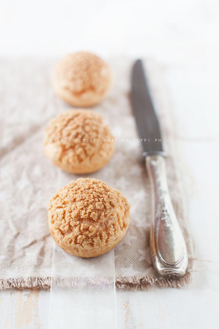 Choux craquelin per circa 20 bignè  Per la pasta choux (ricetta di Pierre Hermè): 40g di acqua 50g di latte fresco intero 2g (1/2 cucchiaino da caffè) di sale fino 2g (1/2 cucchiaino da caffè) di zucchero semolato 37gdi burro 50di farina 00 debole per dolci 11/2uovo grande intero circa  Per il craquelin (ricetta di Michalak): 25g di burro morbido leggermente salato o normale 30g di zucchero di canna 35g di farina 00 un pizzico di sale se …