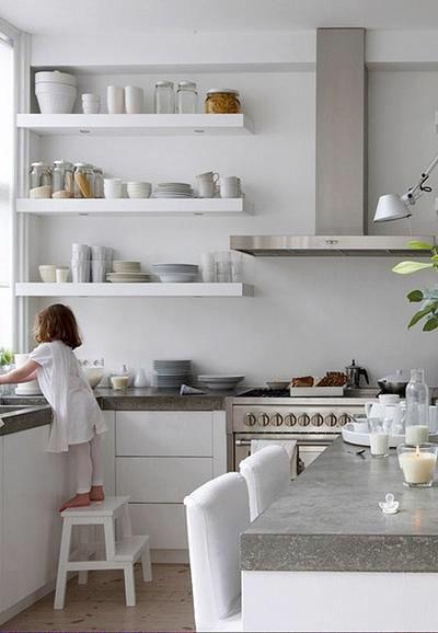 Witte planken bij witte keuken, gaaf! Denk aan kleur op de muur