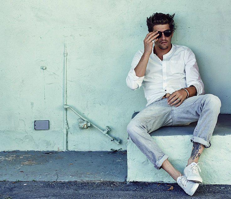 白/ホワイト,バンドカラーシャツ,淡色デニム,スニーカー,メンズファッション着こなしコーデ