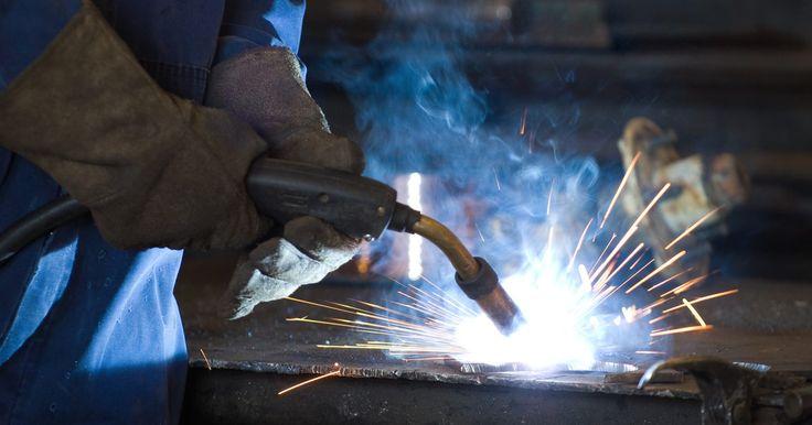 Como usar o CO2 como gás de proteção de soldagem MIG. A soldagem por gás inerte (MIG) é um processo de soldagem por arco elétrico, no qual uma corrente elétrica passa através de um metal consumível em forma de arame para criar uma faísca quente o suficiente para derreter e fundir o aço. Este tipo de solda requer o uso de um gás inerte para proteger o local da soldagem de contaminantes atmosféricos ...