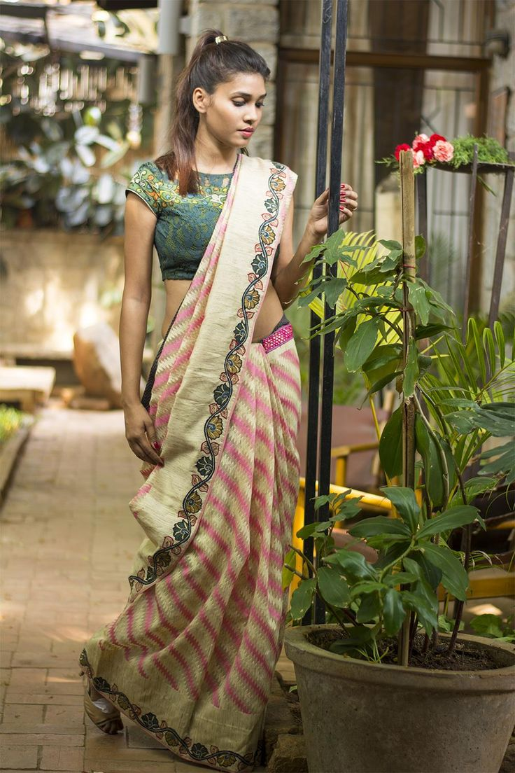 A trendy chevron motif soft organza saree with a beautifully appliquéd hand painted kalamkari embroidered border. Trendy yet earthy…couldn't have asked for more.Pair it a pink blouse, an off-white blouse or Pick one of the border colors to be a stand out diva! #kalamkari #saree #india #blouse #houseofblouse