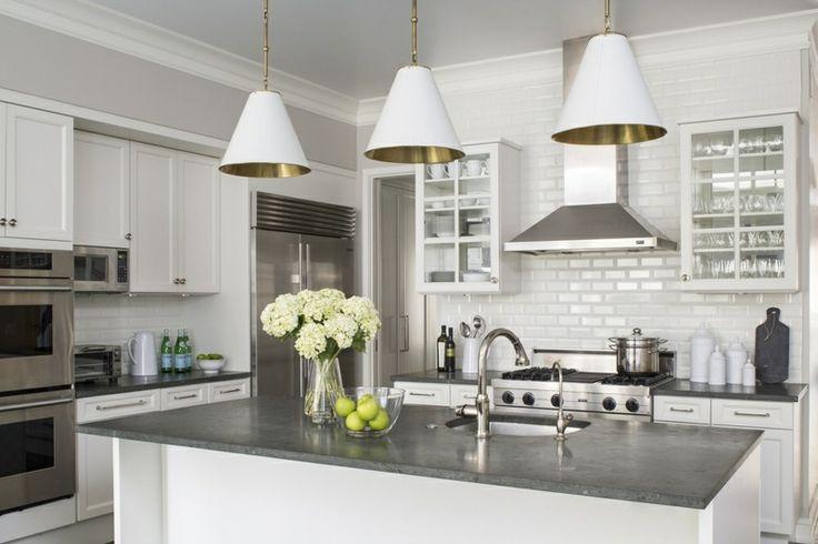 Der Beton der Arbeitsplatte wird durch die weiße Küche - arbeitsplatte küche beton preis