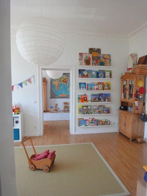 Kinderzimmer mit Leseregal aus IKEA Ribba Bilderleisten