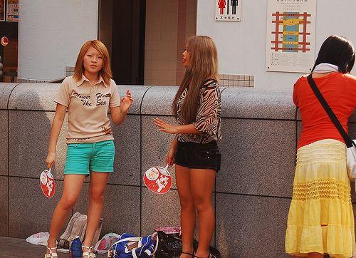 <p>Pese al título, esto no es un post machista. Es una realidad que todos vemos cuando venimos a Japón, y es que las chicas aquí ( ya sea invierno o verano ) tienden a llevar faldas cortas. Por ejemplo, las colegialas, tienen (por obligación) que llevar faldas solo un poco …</p>