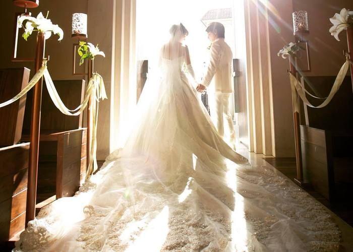 自慢のトレーンが一番美しく見える*花嫁の後ろ姿ショットは必ず指示書に入れましょう!のトップ画像