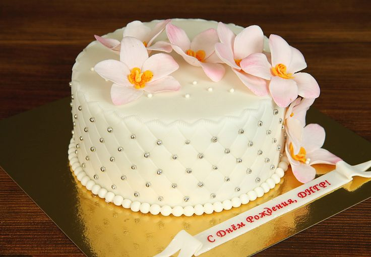 """Торт """"Орхидеи для любимой""""  Каждый #торт – это произведение кондитерского искусства. Торт с орхидеями – это нежное, красивое творение мастеров нашей кондитерской. Изящные цветки, созданные с помощью съедобной мастики, придают особый шарм праздничному лакомству. А вкусовые качества никогда не отстают от внешнего вида сладости.😄  Наша команда с удовольствием изготовит этот вкуснейший торт весом от 2-х кг и всего за  2150₽/кг.  Специалисты #Абелло готовы помочь с выбором красивого и…"""