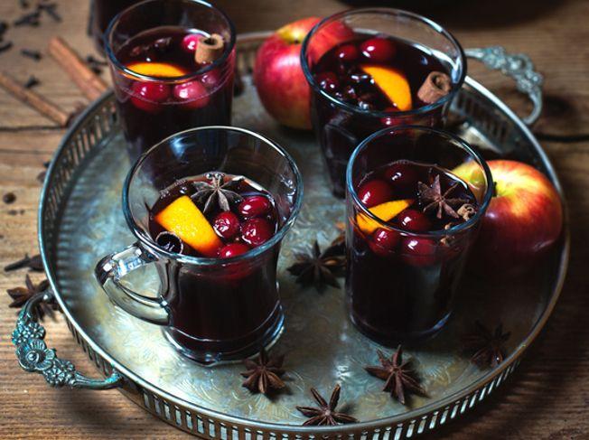 Glühwein mit Cranberries, Orange und Zimt