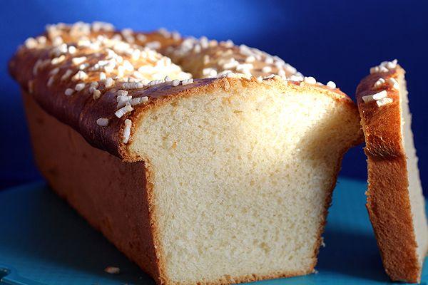 Un soffice plumcake al profumo di limone realizzato con pasta madre.