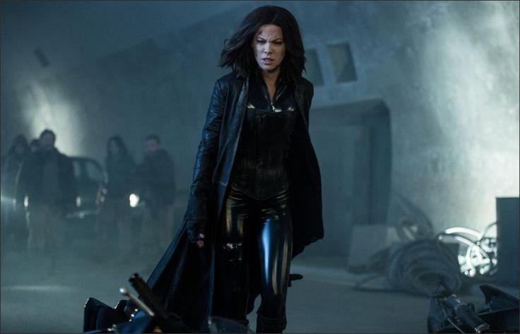 """ünya çapında büyük ilgi gören """"Karanlıklar Ülkesi"""" serisinin yeni bölümünde Vampir Avcısı Selena'yı (Kate Beckinsale) iki koldan ateş altındayken izliyoruz. Selena'ya bir yandan Lycan kabilesi, bir yandan da onu ihanet etmiş olan vampir kabilesi saldırmaktadır. Ayrı44lmaz müttefikleri David (Theo James) ve babası Thomas (Charles Dance) ile omuz omuza vererek Lycanlar ile vampirler arasındaki bu amansız savaşı durdurmak zorundadır. Selena, sonunda kendisi kurban olsa bile bu mücadeleyi…"""
