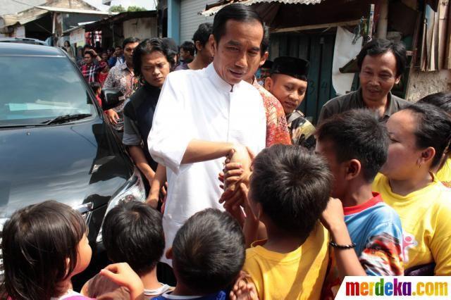 Anak-anak tampak antusias menyambut kedatangan Gubernur DKI Jakarta Joko Widodo yang mengunjungi korban banjir Ulujami, Pesanggrahan, Jakarta, Jumat (9/8). Selain melihat kondisi warganya yang menjadi korban banjir, Jokowi juga memberikan bantuan berupa perlengkapan sekolah, seragam serta sembako.