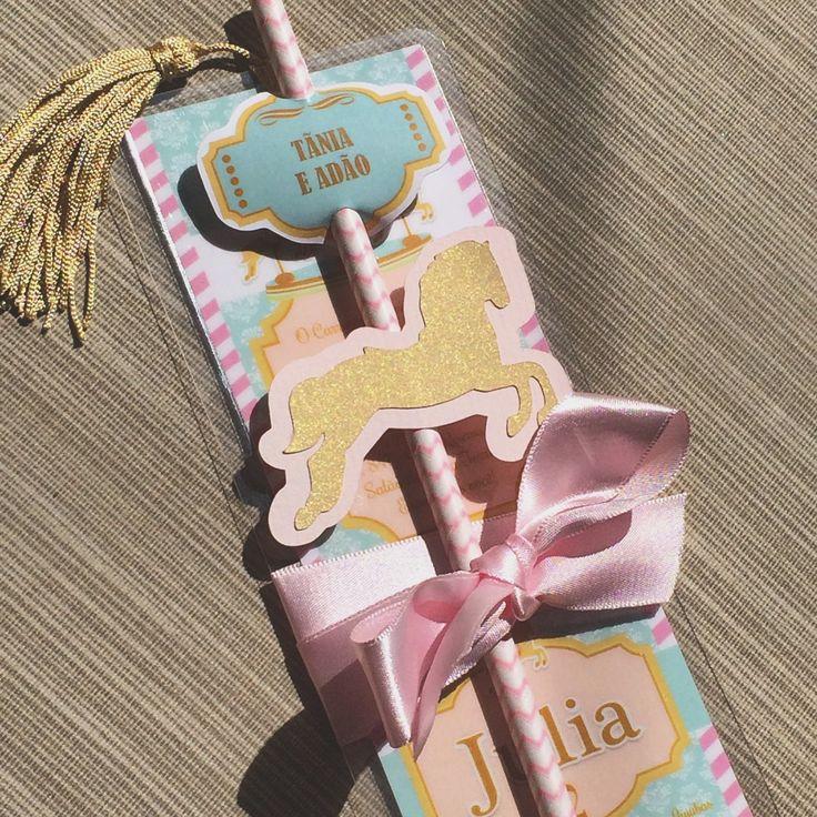 convite marcador de livros plastificado, tema Carrossel,  vem com canudo de papel com scrap cavalo, tag com nome convidados, fita cetim, e pompom decoradtivo em seda.