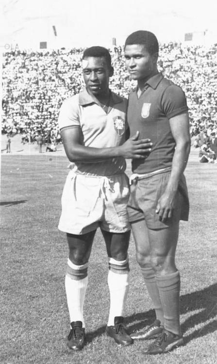Eusebio and Pele before their friendly (0-0) at the Estadio das Antas in Porto, Portugal on June, 24, 1965. Source: AS