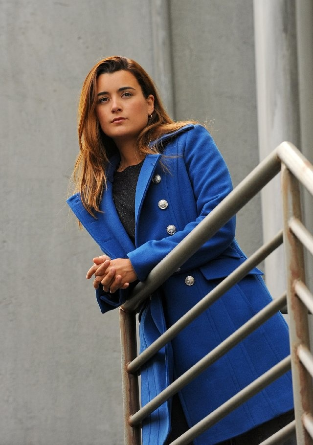 I love this blue coat Ziva (Cote de Pablo) wears in the NCIS episode 'Defiance'.
