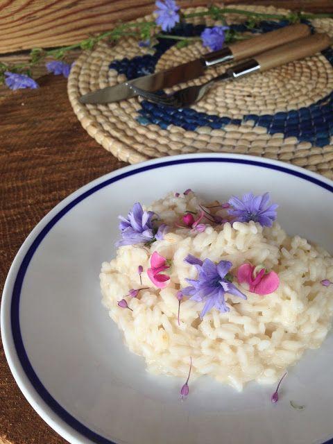 Risotto mantecato al Vezzena con fiori spontanei (di allium carinatum, cicoria, pisello odoroso)