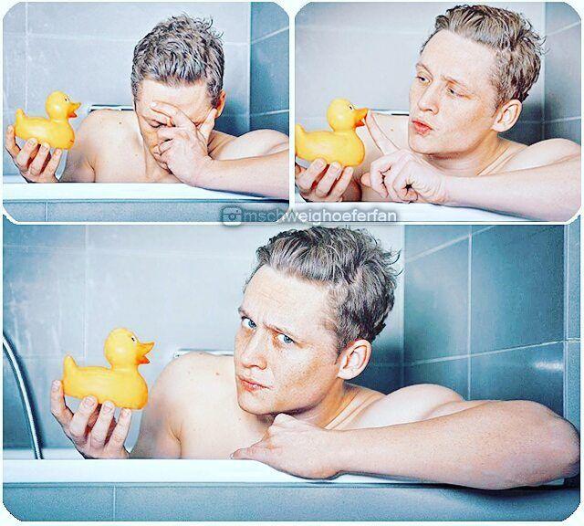 """""""Quietscheentchen, nur mit dir plansche ich so gerne hier."""" 😂 💓 #MatthiasSchweighoefer #matthiasschweighöfer #schweighöfer #schauspieler #fotoshooting #Badewanne #quietscheentchen"""