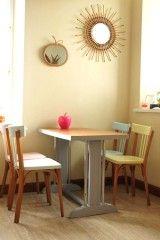 Vous allez mettre de la couleur dans votre cuisine avec cette table de bistrot entièrement rénovée (plateau reverni, et piètement peint en gris angora) et ces chaises Baumann verte, rose, jaune et bleue! La table garde des traces d'usure du temps, les chaises sont joliment patinées : le charme du vintage!  Idéal pour les petits espaces! LIVRAISON A DOMICILE POSSIBLE OU RETIRER SUR PLACE.