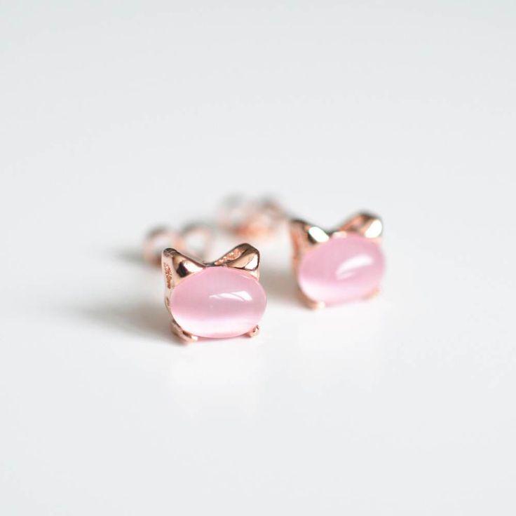 Kat Stud Oorbellen kat oorbellen roze Cat Jewelry Rozenkwarts Crystal oor hengsten Rose Gold kat oorbellen Cat oren Rozenkwarts Oorbellen 925Silver door SundayIslandSweden op Etsy https://www.etsy.com/nl/listing/518553325/kat-stud-oorbellen-kat-oorbellen-roze