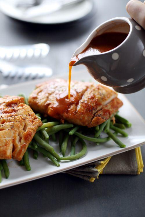 Filets de poisson grillés aux épices/Une recette simple mais qui nécessite tout de même une préparation à faire 12 heures à l'avance. Le poisson marine dans un mélange d'épices, de vinaigre, de vin blanc et de concentré de tomates ce qui confère une jolie couleur à la chair du poisson et un goût exquis !/chef mini