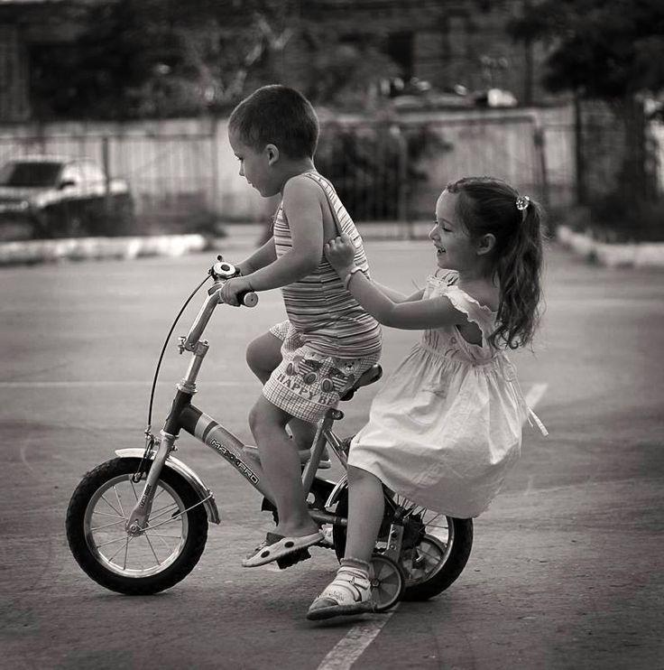 C'era qualcosa di magico nei giochi di ieri.  Nascevano empatie che creavano affinità e complicità.  Fiorivano rapporti umani all'aria aperta.  Sentivamo di appartenere alla natura  e alla semplicità delle cose che ci rendeva gioiosi  e appagati di quel poco che per noi era il mondo.