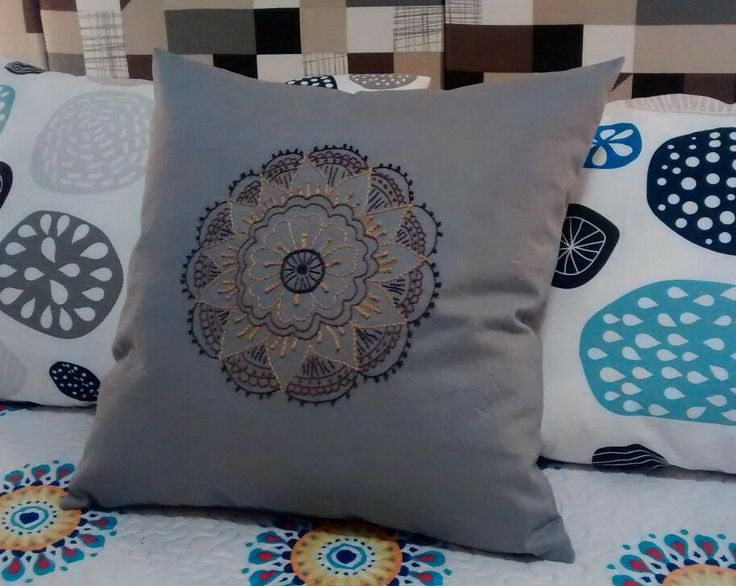 Cojín bordado a mano mandala #cushion #embroidery #bordado #cojin #mandala #handmade #hechoamano #decoración #roomdecor