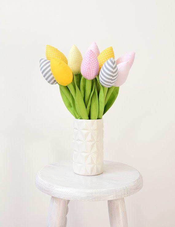 Der Strauß besteht aus 10 niedlichen Tulpen, hergestellt aus Baumwollstoff. Wo ihr diese findet? Auf Etsy :)