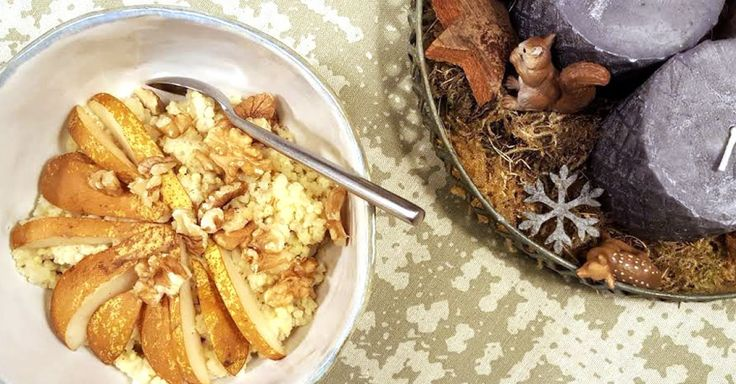 Probieren Sie den veganen Erdnuss-Hirsebrei mit Walnüssen und Birnen. Ein gesundes Frühstück, das satt macht.