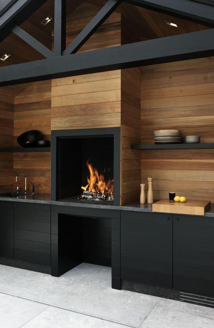 cuisine d'été chic en noir, design épuré et contemporaine à cheminée