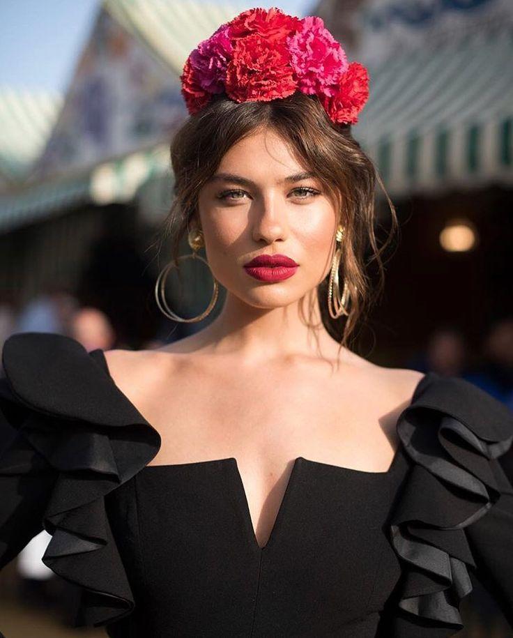 Sin palabras... Me encanta @carmensta.cruz, fuerza, belleza y personalidad con este vestidazo de @valverde_rafa, un escote precioso para…