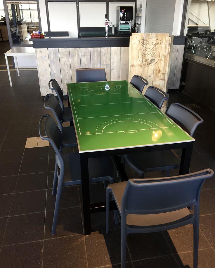 "Push hockey clubhuis na verbouwing ""hockey veld tafel"" inrichting."