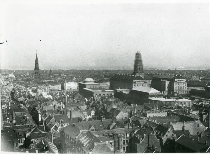 Udsigt fra Rådhustårnet i København. Christiansborg til højre. 1916.