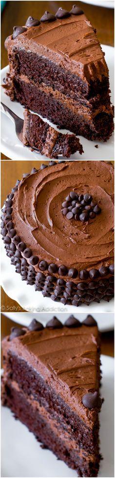 Gâteau au chocolat et à triple couche. Le fudgiest gâteau au chocolat fait maison jamais! sallysbakingaddiction.com