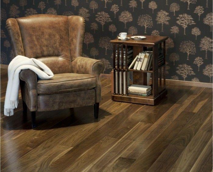 Parquet clipsable en brun, un fauteuil, une petite table avec des livres