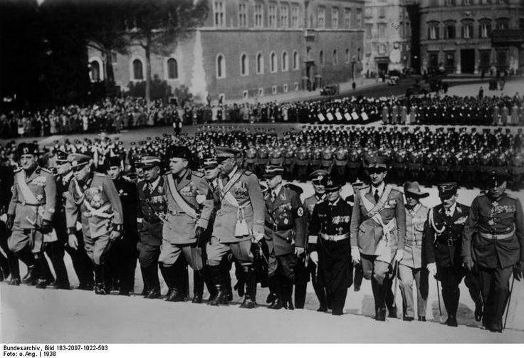 Karl-Eduard von Sachsen-Coburg und Gotha (1884-1954), presidente della Croce Rossa tedesca, al Monumento al Milite ignoto (Vittoriano) di Roma, il 19 marzo 1938.