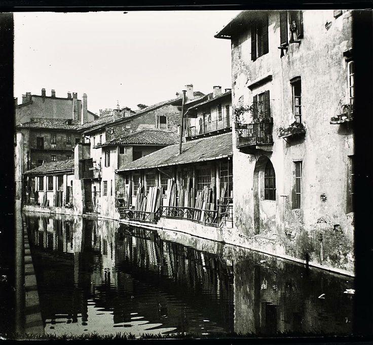 La sciostra di S. Sofia in una foto di Arnaldo Chierichetti. Le sciostre erano depositi con un doppio affaccio su strada e su acqua. Il materiale (legname pietra carbone) veniva scaricato dalle imbarcazioni e immagazzinato all'interno dell'edificio che aveva una forma a ferro di cavallo. La fossa interna era disseminata di queste particolari architetture andate perdute con la copertura del 1929. Vi aspettiamo a #milanocittadacqua a #palazzomorando (Via Sant'Andrea 6 MM1 San Babila MM3…