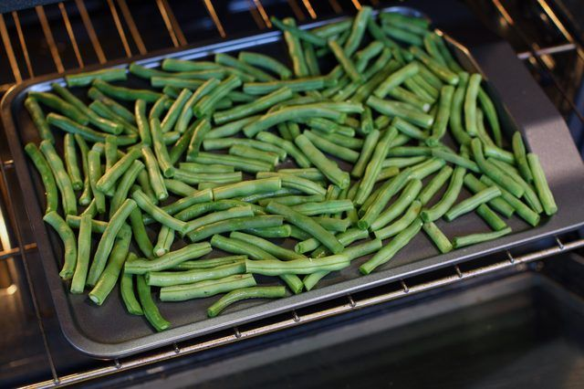 Dehydrated green beans are an easy-to-make, healthy snack that is low in calories, fat and sodium. Green beans also are a good source of fiber. You can take dehydrated green beans camping, pack in the car for long trips or use as a healthy alternative to potato chips. They make a great addition to soups, stews and casseroles. If you do not have a...