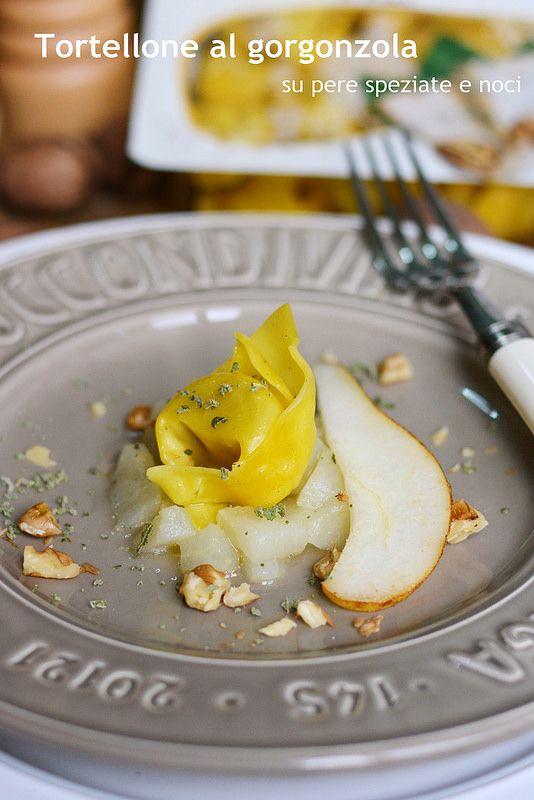 Tortellone al gorgonzola su pere speziate e noci