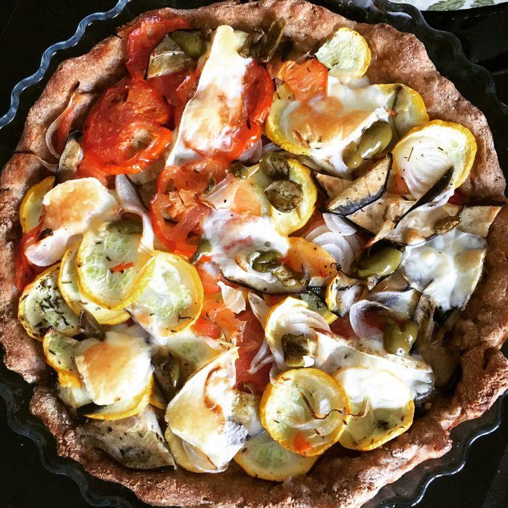 Bonjour à tous, voici une recette de pizza aux légumes du soleil… Rien que le nom donne envie! Imaginez des fines tranches de courgettes, d'aubergines et de tomates ayant cuit sur une p…