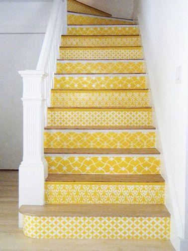Du papier peint jaune à motifs blancs en déco escaliers