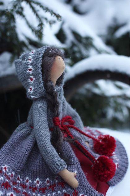 Купить или заказать Тильда. Кукла текстильная. в интернет-магазине на Ярмарке Мастеров. Очаровательная Тильда в тёплом вязаном пальто! Одёжка: - вязаное пальто с капюшоном с жаккардовым узором; - винного цвета юбка отделанная белым кружевом + подъюбник из тонкого белого хлопка; - на ногах носочки из тонкого белого трикотажа, вязанные носочки винного цвета и тёплые серые угги; - бельё - белые панталончики из тонкого хлопка. Вся одёжка снимается. Волосики из мохера.