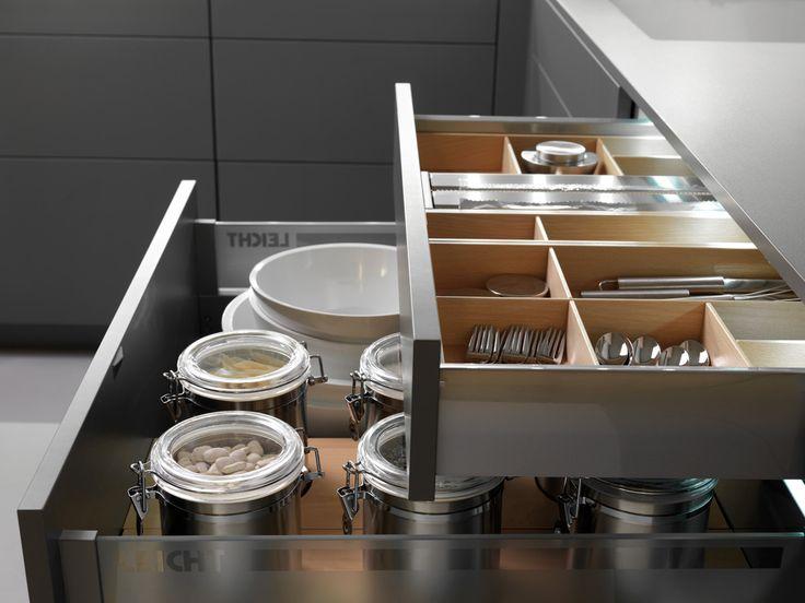 Wildhagen | U-vormige keuken met greeploze lades met praktische keukeninrichting. www.wildhagen.nl #designkeuken