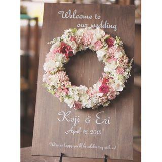 ... ピンクとホワイトのお花が可愛らしい印象のウェルカムボード リース部分は取り外し出来るので、挙式後はお部屋のインテリアとしてご使用頂けます♪ . #ウェディング#wedding#ブライダル#結婚式#ウェルカムボード#リース#flower#ワークショップ#レッスン#神戸