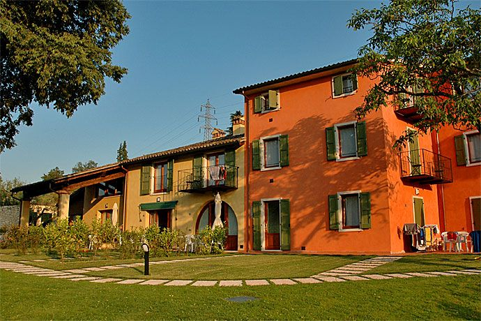 Residence Corte Camaldoli - Garda ... Garda Lake, Lago di Garda, Gardasee, Lake Garda, Lac de Garde, Gardameer, Gardasøen, Jezioro Garda, Gardské Jezero, אגם גארדה, Озеро Гарда ... Welcome to ApartmentsCorte CamaldoliGarda. Residence Corte Camaldoli managed by the owners is located in a quite position surrounded by the green of olivegroves and vineyards of the farm. It offers a relaxing stay immersed in nature. The residence is divided into two blocks: