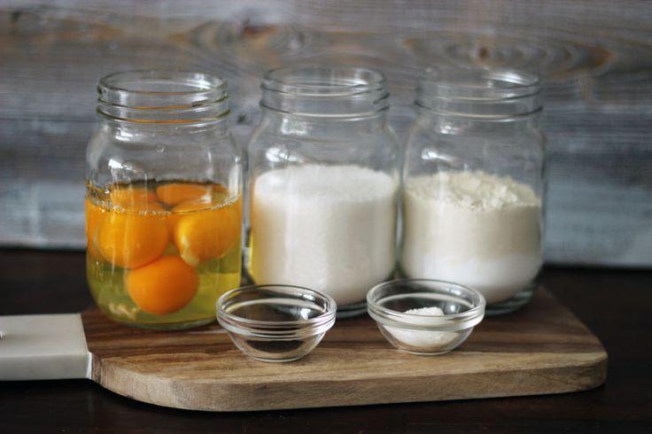 Recept på en enkel och riktigt bra tårtbotten som passar till alla typer av tårtor. Receptet bygger på lika delar ägg, socker och mjöl.