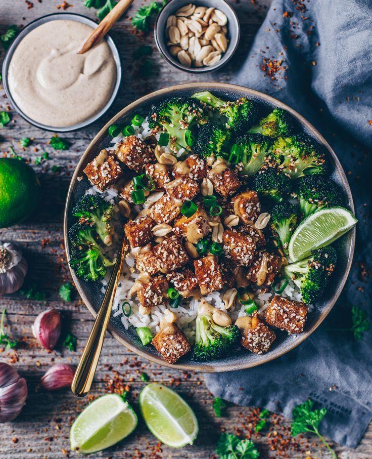 Knuspriger Sesam-Tofu mit Tahini-Erdnuss Soße (vegan, glutenfrei